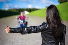 Faisant de l'auto-stop le concept - vue arrière d'homme s'accrochant de femme sur le motorcy Photos stock