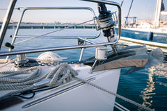Faisant de la navigation de plaisance, naviguant le treuil et les cordes l'avant du bateau photos libres de droits