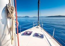 Faisant de la navigation de plaisance en mer Méditerranée, littoral de la Grèce Images libres de droits