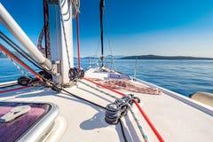 Faisant de la navigation de plaisance en mer Méditerranée, littoral de la Grèce Image stock