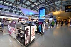 Faisant des emplettes à l'aéroport de Suvarnabhumi, Bangkok Images libres de droits