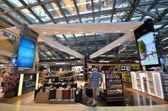 Faisant des emplettes à l'aéroport de Suvarnabhumi, Bangkok Photographie stock