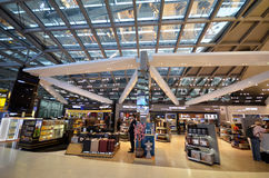 Faisant des emplettes à l'aéroport de Suvarnabhumi, Bangkok Image libre de droits