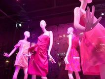 Faisant des emplettes dans NYC, fenêtre de magasin à la mode, Manhattan, New York City, NY, Etats-Unis Image stock