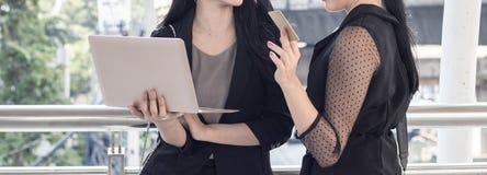 faisant des emplettes en ligne et concept de mode de vie, deux femmes regardant sur le lapt Photos stock