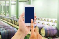 Faisant des emplettes le vin en ligne photos libres de droits