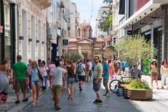 Faisant des emplettes sur la rue d'Ermou le 3 août 2013 à Athènes, la Grèce. images libres de droits