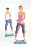 faisant des femmes de forme physique d'exercice jeunes photo stock