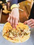 Faisant du burrito mexicain fait maison de nourriture, fajitas, Quesadillas, E Photos libres de droits
