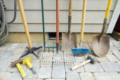 Faisant du jardinage et aménageant des outils en parc Image libre de droits
