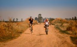 Faisant du vélo en Roumanie, vers le rivage de Danube, tous terrains Photos stock
