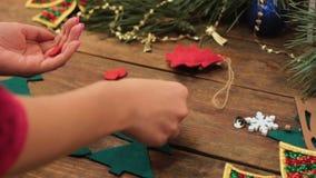 Faisant l'eco fait maison de Noël joue pour l'arbre de Noël banque de vidéos
