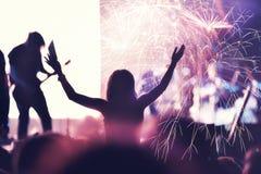 Faisant la fête des personnes et des feux d'artifice de fête pendant le ` s Ève de nouvelle année pièce Photo stock