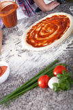 Faisant la pizza délicieuse à la maison Images libres de droits