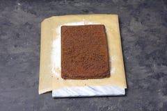 Faisant la roulade de gâteau mousseline - gâteau après la cuisson images stock
