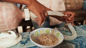 Faisant la saucisse à la maison à la main à partir de la coquille des intestins des porcs philippines banque de vidéos