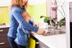 Faisant la vaisselle ensemble image libre de droits