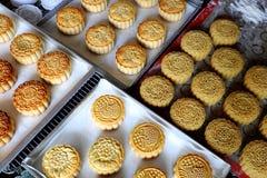 Faisant le gâteau de lune, faisant cuire au four à la maison Images libres de droits