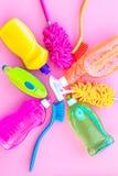 Faisant le ménage avec les détergents, le savon, les décapants et la brosse dans des bouteilles en plastique sur la maquette de v images stock