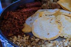 Faisant le tacos à partir de zéro dehors Image libre de droits