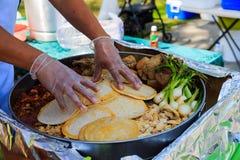 Faisant le tacos à partir de zéro dehors Images libres de droits