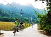 Faisant un cycle autour de la laque d'interdiction, Mai Chau, Hoa Binh photo stock