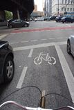 Faisant un cycle entre les voitures à Hambourg, l'Allemagne Image libre de droits