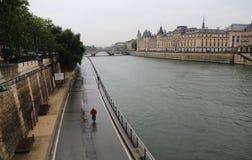Faisant un cycle le long de la Seine sous la pluie, Paris Photos stock