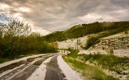Faisant un cycle par des grélons, après une tempête de pluie verglaçante images libres de droits