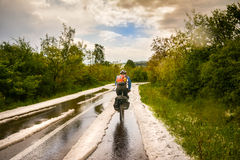 Faisant un cycle par des grélons, après une tempête de pluie verglaçante Photo stock