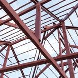 Faisceau d'acier de construction sur le toit de la construction résidentiel Images libres de droits
