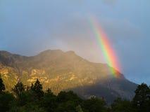 Faisceau d'arc-en-ciel au massif de montagne image libre de droits