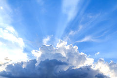 Faisceau de lumière et les nuages Photos libres de droits