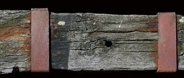 Faisceau en bois superficiel par les agents avec un plat métallique rouillé Photographie stock libre de droits