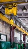 Faisceau jaune de grue de production, grue de production pour la cargaison de levage, plus de photographie stock