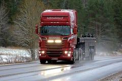 Faisceaux élevés de camion rouge de Scania R560 sur la route d'hiver Photos stock