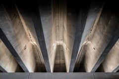 Faisceaux concrets sous le pont Photographie stock libre de droits