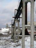 Faisceaux concrets soutenant la canalisation à l'usine de traitement de bois de construction image libre de droits