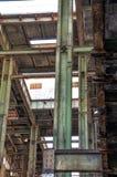 Faisceaux d'acier de construction : Vert et rouillé Images libres de droits