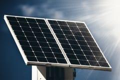 Faisceaux de panneau solaire et de soleil photos stock