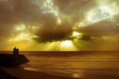 Faisceaux de plage, de château et de nuage Image stock