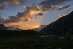 Faisceaux de Sun au coucher du soleil en montagnes images stock