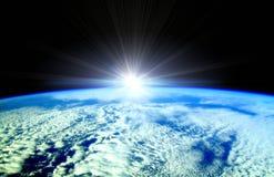 Faisceaux de Sun au-dessus d'horizon de la terre Photographie stock libre de droits