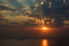 Faisceaux de Sun, coucher du soleil Images stock