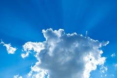 Faisceaux de Sun traversant un cumulus photographie stock libre de droits