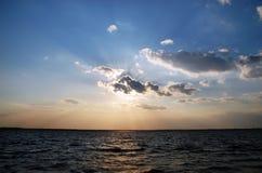 Faisceaux disséquant le ciel Images libres de droits