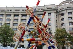 Faisceaux en bois décorés des roues image stock