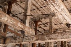 Faisceaux en bois dans le vieux bâtiment d'entrepôt Photographie stock