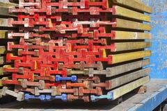 Faisceaux en bois empilés sur un camion Image stock