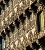 Faisceaux finement découpés et décorés d'une maison à colombage Photos libres de droits